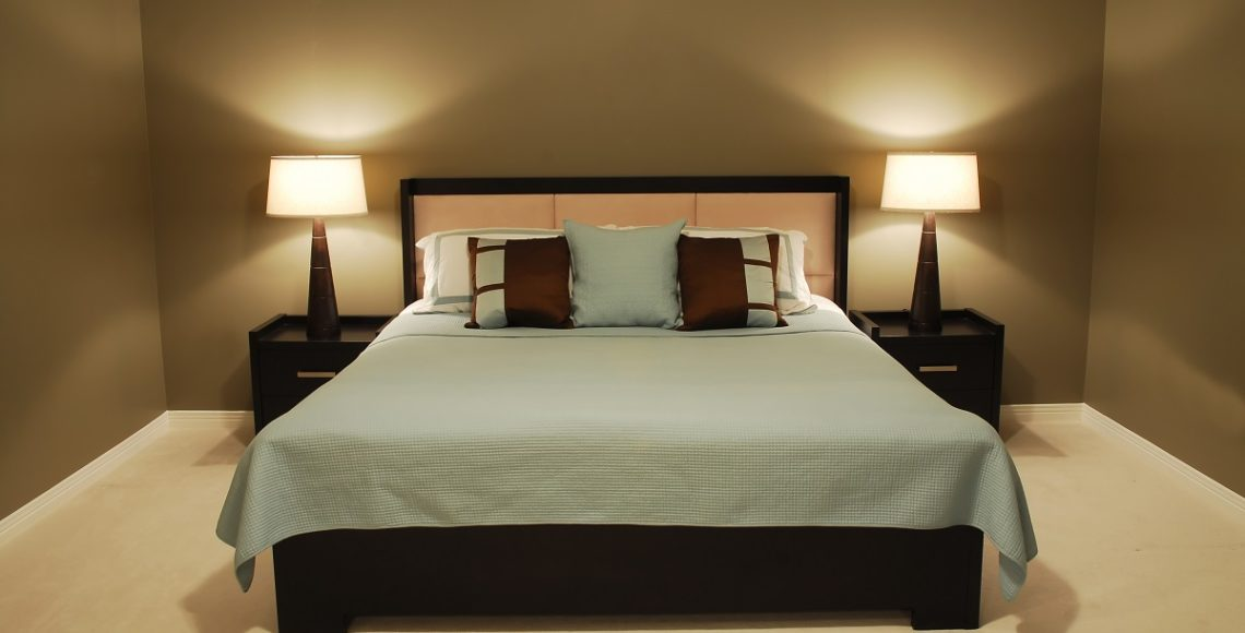 Nowoczesne łóżko tapicerowane do sypialni z zagłówkiem